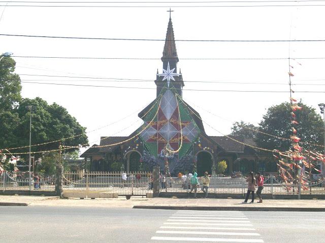 Nhà thờ gỗ chuẩn bị đón giáng sinh