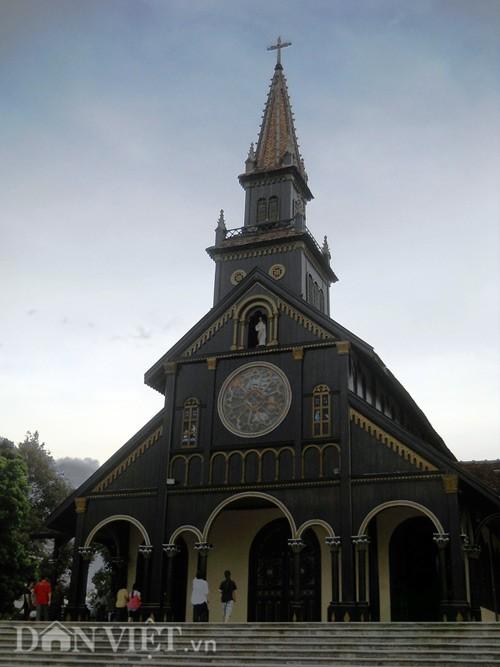 Chính diện nhà thờ gỗ Kon Tum