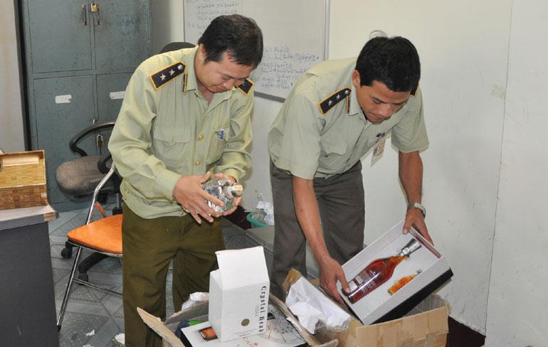 Một vụ vận chuyển rượu ngoại không hóa đơn, tem, nhãn giả bị bắt tại một đội QLTT - Ảnh: N.XUÂN