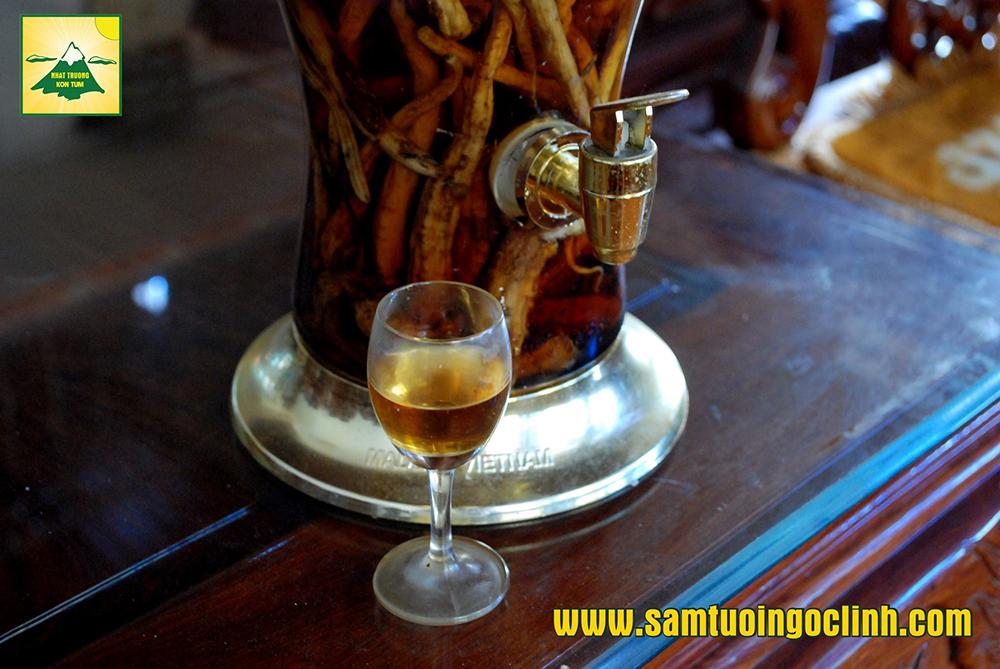 Ly rượu Sâm Dây nhìn đẹp mắt, màu vàng óng ánh lên nét sang trọng, mùi thơm dịu, uống vào mát, hậu Ngọt