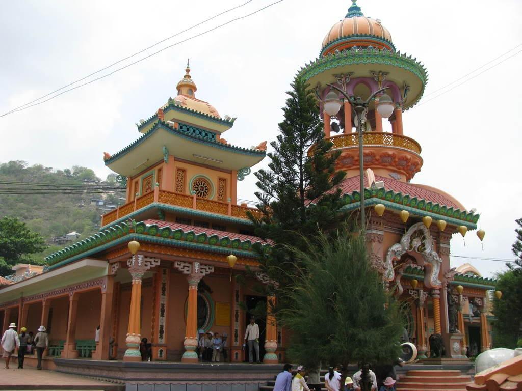 Đây là một ngôi chùa có kiến trúc rất đặc biệt, bởi nó kết hợp phong cách nghệ thuật Ấn Độ và kiến trúc cổ dân tộc đầu tiên tại Việt Nam